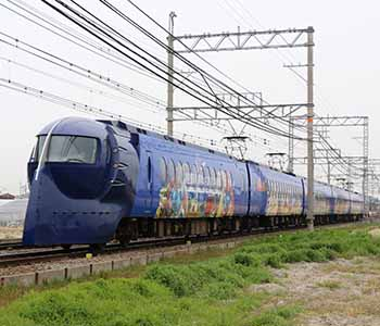"Now announcing the arrival of a specially decorated train that's a collaboration between ""Inunakin"" and ""Kinnikuman""!"